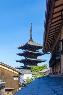 京都らしい町並みが続く八坂の塔こと法観寺五重塔あたりの写真素材 [FYI03422160]