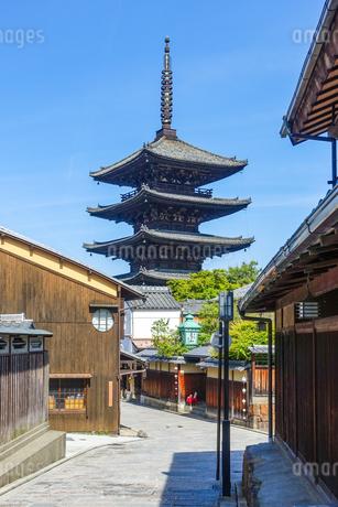 京都らしい町並みが続く八坂の塔こと法観寺五重塔界隈の写真素材 [FYI03422161]