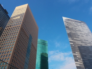 青空を背に建つ高層ビルの写真素材 [FYI03422403]