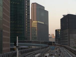 モノレールの路線と高層ビル群の写真素材 [FYI03422414]