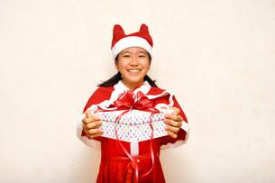 サンタクロース衣装の女の子の写真素材 [FYI03422451]