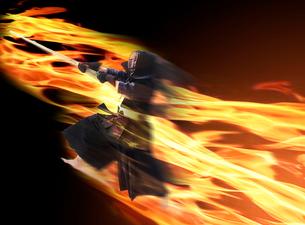 炎の中で竹刀を振る道着を着た男性の写真素材 [FYI03422602]