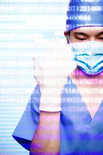 CGの数字が重なった手術着をきた男性の写真素材 [FYI03422621]