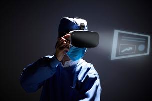 VRを着けて治療をする医者の写真素材 [FYI03422635]