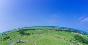 北海道 自然 風景 牧草地と青空の写真素材 [FYI03422670]
