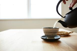 鉄瓶でお茶を注ぐ女性の手元の写真素材 [FYI03422755]