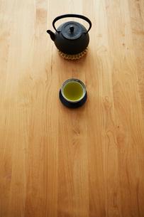 テーブルの上の鉄瓶と湯呑の写真素材 [FYI03422756]