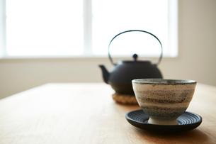 テーブルの上の鉄瓶と湯呑の写真素材 [FYI03422757]