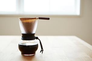 テーブルの上のサイフォンに入ったコーヒーの写真素材 [FYI03422760]