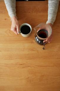サイフォンとカップを持つ女性の手元の写真素材 [FYI03422764]