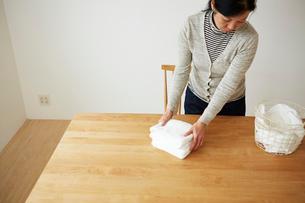 タオルをたたんでいる女性の写真素材 [FYI03422765]