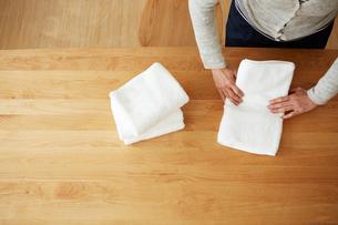 タオルをたたんでいる女性の手元の写真素材 [FYI03422766]