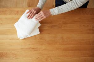 タオルをたたんでいる女性の手元の写真素材 [FYI03422767]