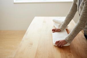 タオルをたたんでいる女性の手元の写真素材 [FYI03422768]