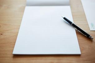 白紙の便箋とペンの写真素材 [FYI03422769]