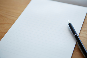 白紙の便箋とペンの写真素材 [FYI03422770]