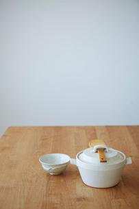 白い土鍋と茶碗の写真素材 [FYI03422772]