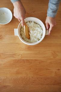 ご飯を混ぜる女性の手元の写真素材 [FYI03422774]