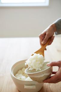 ご飯を混ぜる女性の手元の写真素材 [FYI03422775]