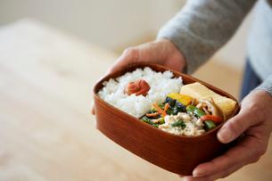 お弁当を持つ女性の手元の写真素材 [FYI03422791]