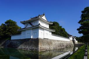 京都 二条城(離宮二条城)の東南隅櫓から東大手門(正門)の写真素材 [FYI03422815]