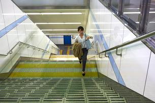 ホームの階段を上がる女性の写真素材 [FYI03422886]