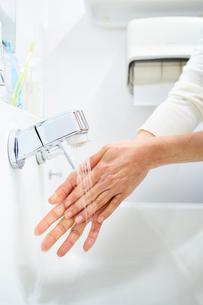 洗面所で手を洗う女性の写真素材 [FYI03422900]