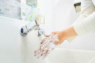 洗面所で手を洗う女性の写真素材 [FYI03422901]