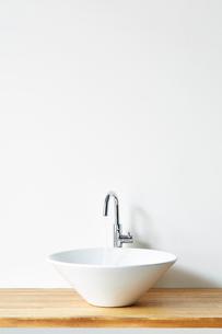 木の天板の洗面台の写真素材 [FYI03422919]