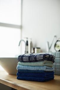 ナチュラルな洗面台に積まれた寒色のタオルの写真素材 [FYI03422932]