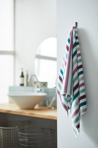 洗面所に掛けられた寒色のボーダー柄のタオルの写真素材 [FYI03422935]