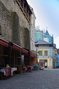エストニアの世界遺産の歴史地区のタリンの旧市街の城壁に沿ってセーターや布製品を売る店が並ぶセーターの壁と呼ばれている場所・旧市街は世界遺産の写真素材 [FYI03423137]