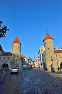 エストニアの世界遺産の歴史地区のタリンの旧市街と新市街の間に位置するヴィル門から見える旧市街の尖塔・旧市街は世界遺産の写真素材 [FYI03423145]