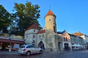 エストニアの世界遺産の歴史地区のタリンの旧市街と新市街の間に位置するヴィル門・旧市街は世界遺産の写真素材 [FYI03423149]