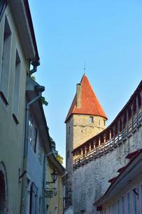 エストニア・タリンの旧市街にあるヘルマン塔城壁上に巡らされている屋根のある回廊・旧市街は世界遺産の写真素材 [FYI03423153]