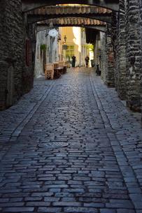 エストニア・タリンの旧市街にあるカタリーナの小路(左の壁には聖カタリーナ教会の14~15世紀に収められていた墓石が並べられている)・旧市街は世界遺産の写真素材 [FYI03423155]