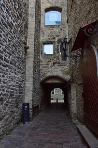 エストニア・タリンの旧市街にあるカタリーナの小路(左の壁には聖カタリーナ教会の14~15世紀に収められていた墓石が並べられている)に続く道・旧市街は世界遺産の写真素材 [FYI03423156]