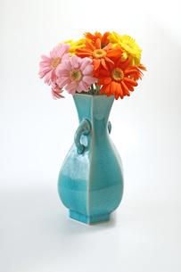 青い花瓶にいけたガーベラの花束の写真素材 [FYI03423277]
