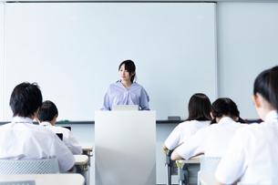 授業中の中学生の写真素材 [FYI03423365]