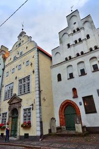 ラトビア・首都リガ世界遺産に立つ三人兄弟と言われている内の二棟(向かって右は15世紀石像作り・左は17世紀マニエリスム様式)の写真素材 [FYI03423411]
