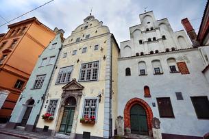 ラトビア・首都リガ世界遺産に立つ三人兄弟と言われている三棟(向かって右は15世紀石像作り・中は17世紀マニエリスム様式・左は17世紀末バロック様式)の写真素材 [FYI03423413]