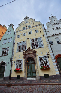ラトビア・首都リガ世界遺産に立つ三人兄弟と言われている三棟(向かって右は15世紀石像作り・中は17世紀マニエリスム様式・左は17世紀末バロック様式)の写真素材 [FYI03423417]