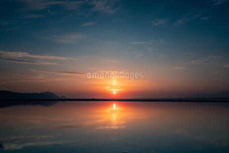 太陽柱とリフレクションの写真素材 [FYI03423518]