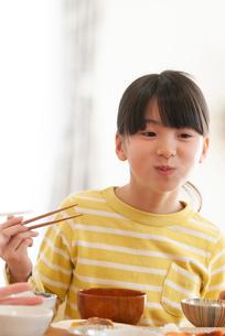 食事をする女の子の写真素材 [FYI03423782]