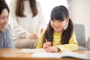 リビング学習をする親子の写真素材 [FYI03423795]