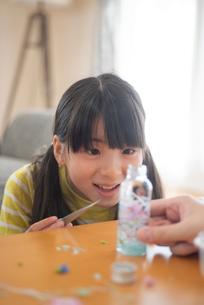 ハーバリウムを作る女の子の写真素材 [FYI03423812]