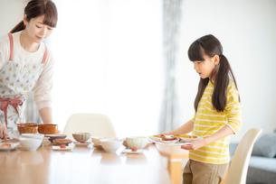 食事の準備をする親子の写真素材 [FYI03423834]