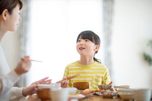 食事をする親子の写真素材 [FYI03423838]