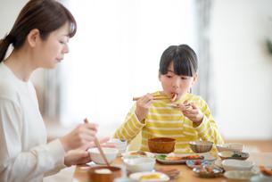 食事をする親子の写真素材 [FYI03423839]