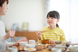 食事をする親子の写真素材 [FYI03423840]